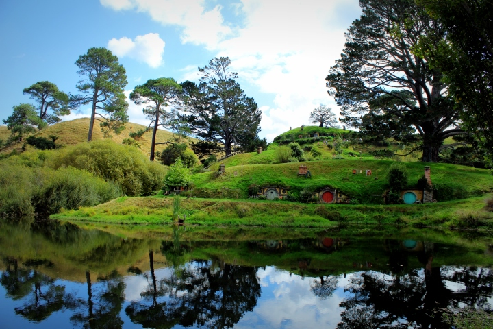 Hobbit_holes_reflected_in_water